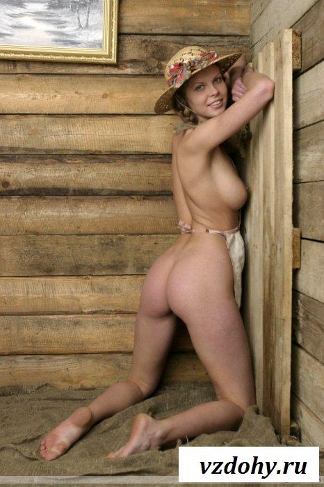 Голая сучечка в шляпке