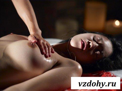 Азиаточка принимает эротический массаж всем телом