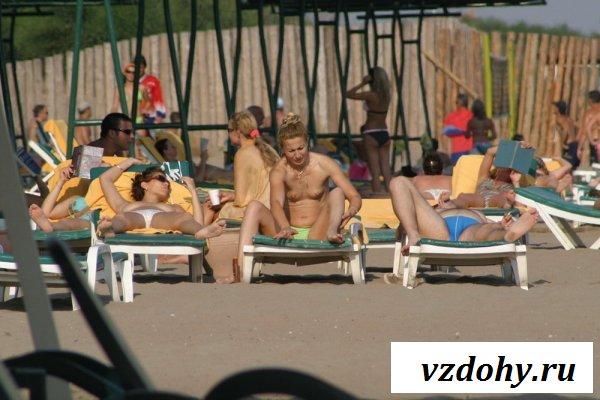 Девки с обнажёнными сиськами на пляже