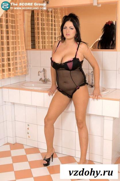 Толстая тёлка позирует в ванной комнате
