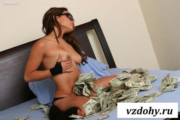 Голая японочка фотографируется с долларами