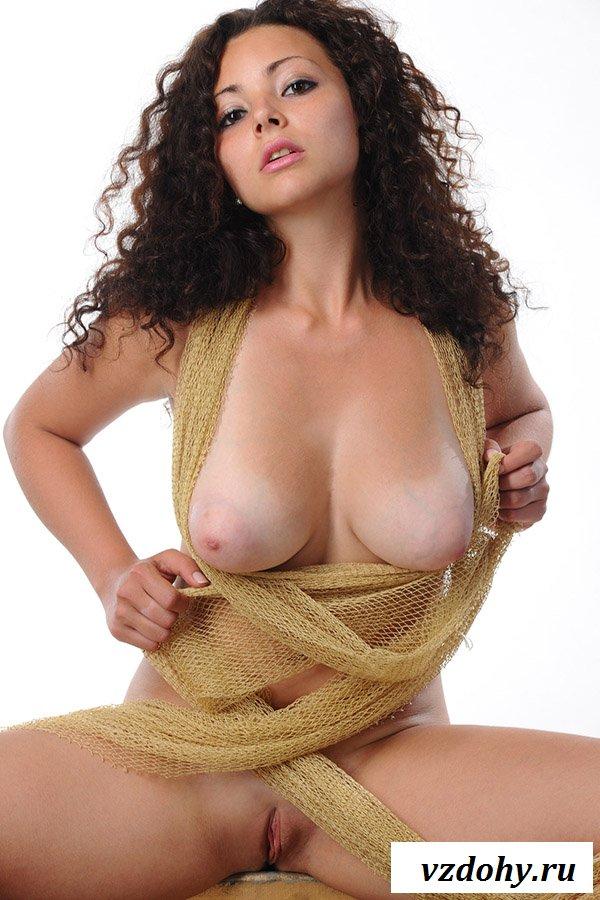 Кудрявая телка с голой грудью на картинках
