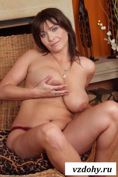 Женщина в возрасте демонстрирует мохнатую промежность