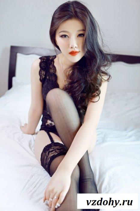 Милая азиаточка соблазняет парней телом