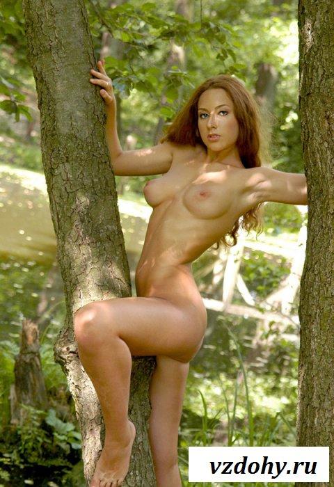 Девка оголила сочные сисяндры на природе