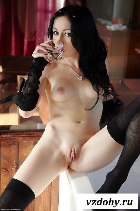 Обольстительная мадам искушает ножками в чулках