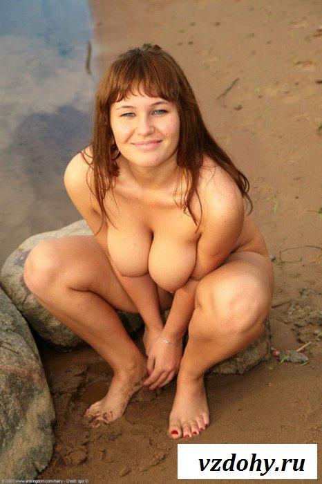 Пухленькая мадам оголила волосатую пилотку на пляже
