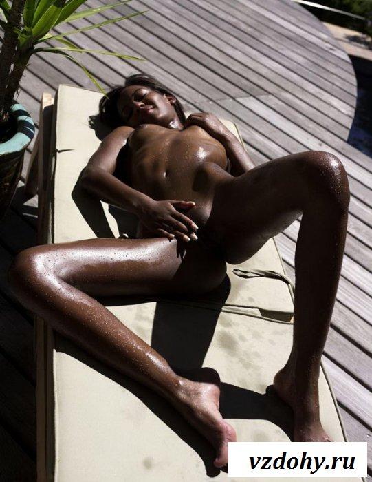 Негритянка отдыхает под лучами солнца