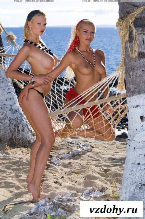 Две грудастые подружки взорвали пляж