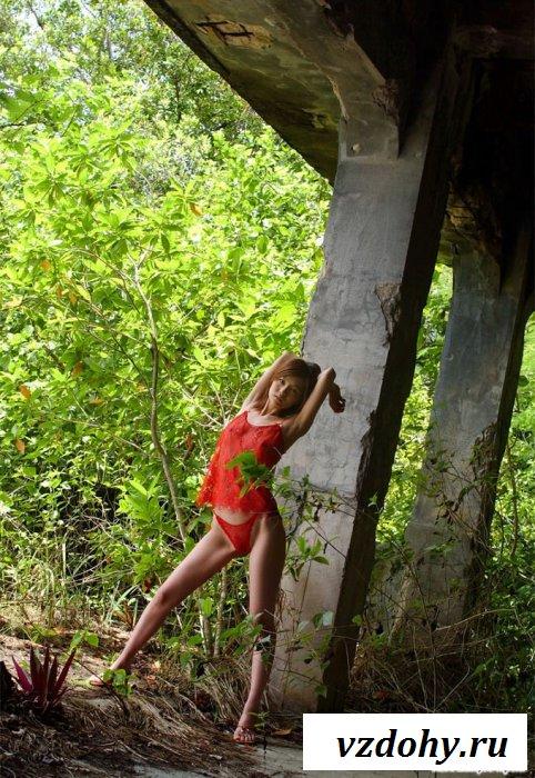 Азиатская куколка лазит голая по стройке