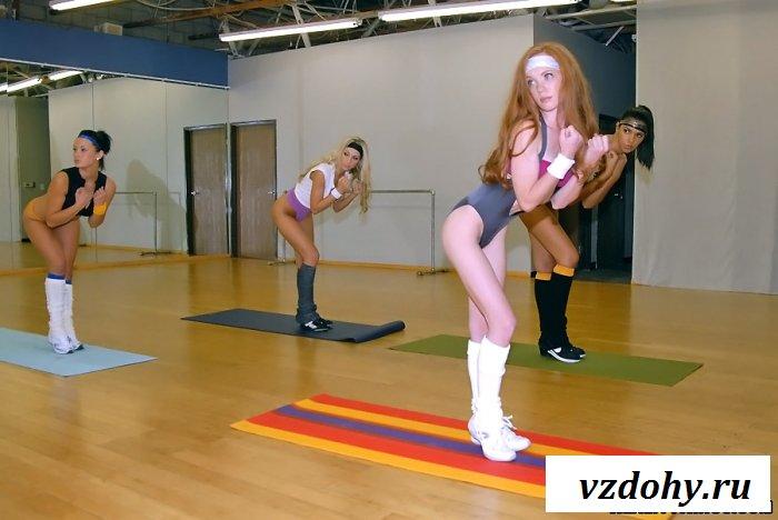 Несколько голых спортсменок развратничают на тренировке