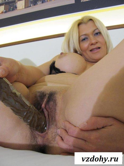 Блонда вставила в киску ребристый дилдо
