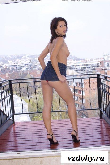 Мадемуазель в красных труселях вышла на балкон