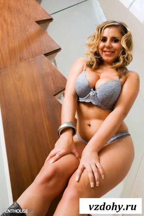 Круглолицая раздетая самка с офигенным задом