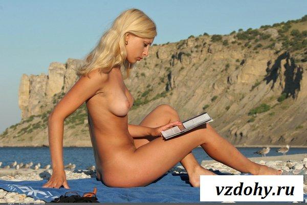 Раскованная бэйба бродит топлесс по пляжу