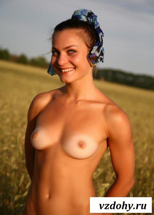 Украинка обнажена в поле на любительских снимках