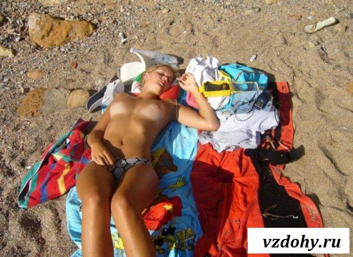 Валялась топлесс на пляже с грязными сиськами