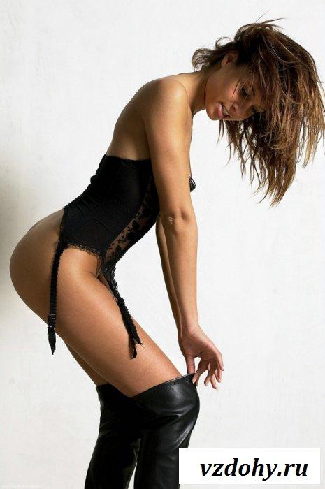 Длинноногая мулатка в черном корсете