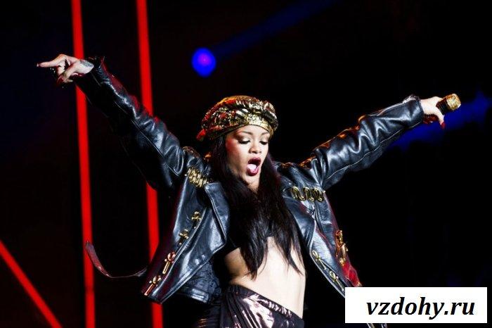 Иногда знаменитость Rihanna обнажает тело
