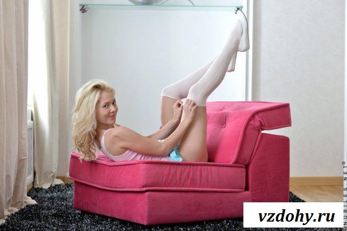 Блондинка без трусов под юбкой