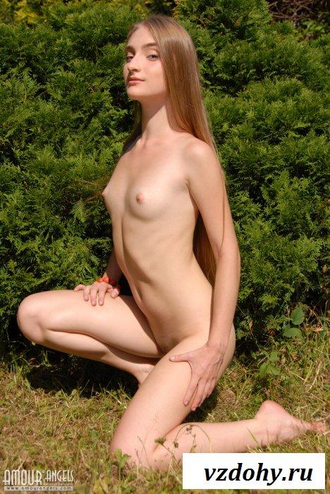 Фото-сет с отвязной обнаженной тинкой