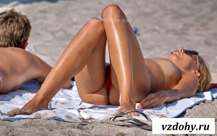 Красивые нудистки отдыхают топлесс на пляже
