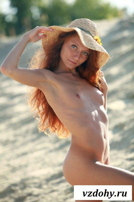 Бэйба с худым обнаженным телом на пляже