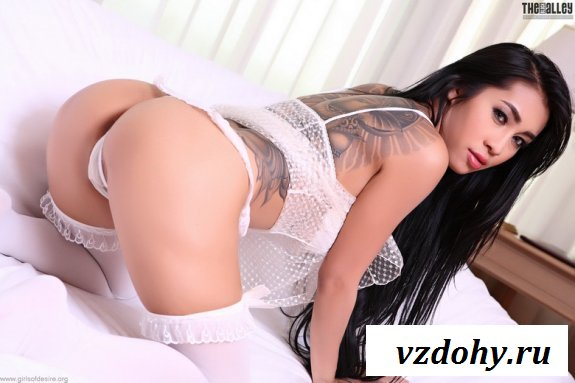 Красивая азиатка в белоснежном белье