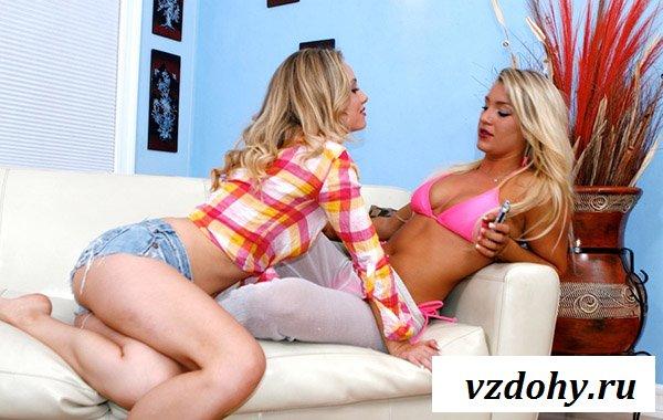 Лесбиянки резвятся на диване