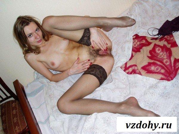 Хвастается гениталиями на частной эротике