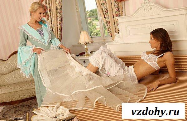 Малышки шалят сексуально на кровати