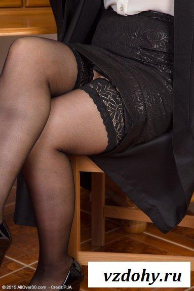 Похотливое поведение голой зрелой женщины