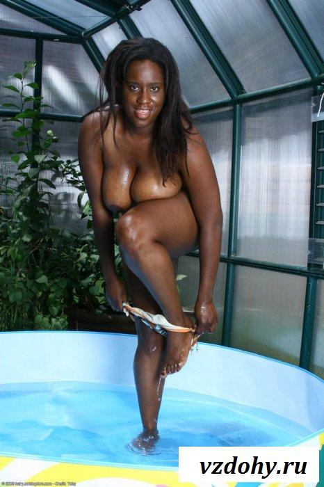 Голая толстая баба в маленьком бассейне