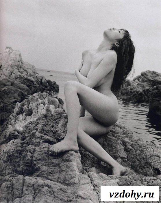 Чёрно-белая эротика с голой азиаткой