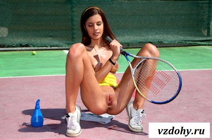 Голая спортсменка на теннисном корте