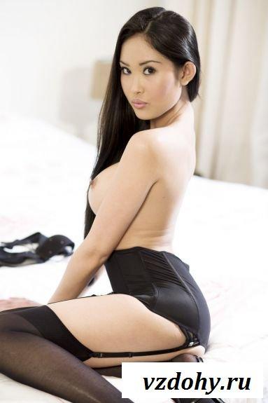 Голые прелести азиатки в чулках