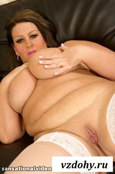 Развратная толстая баба в чулках