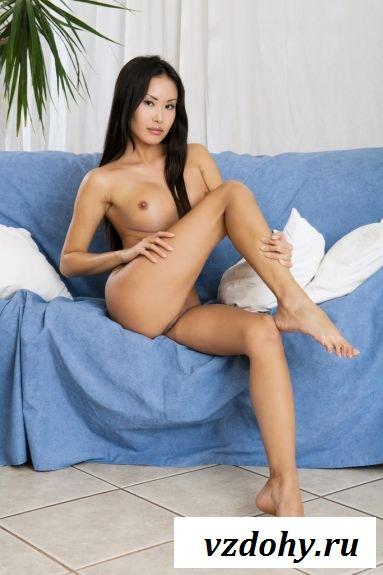 Голая японка на диване заводит