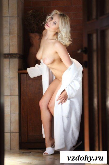 В банном халате на мягкой кровати эротика