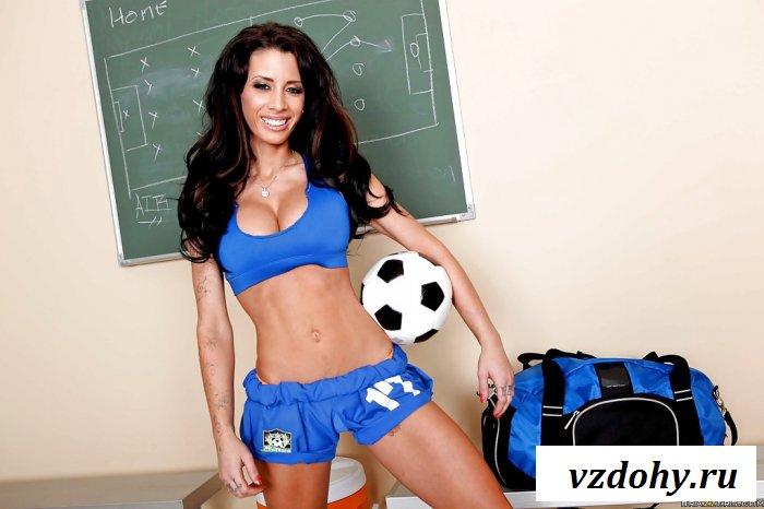 Сексуальная футболистка готовится к матчу