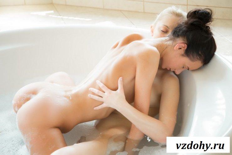 Голые в ванной лесбиянки устроили порно
