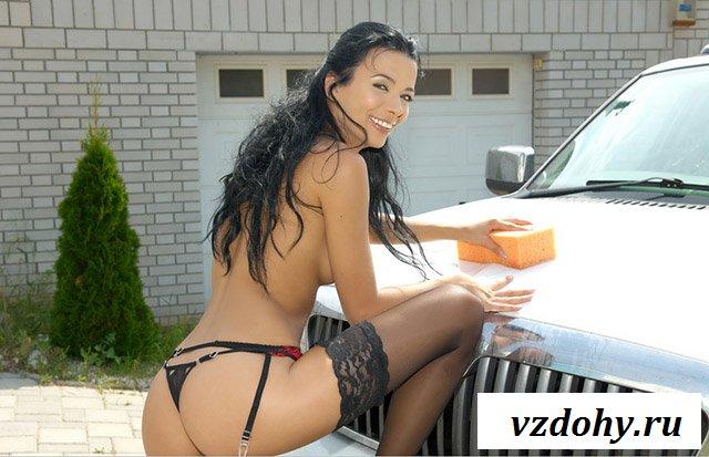 Голая женщина в чулках у машины