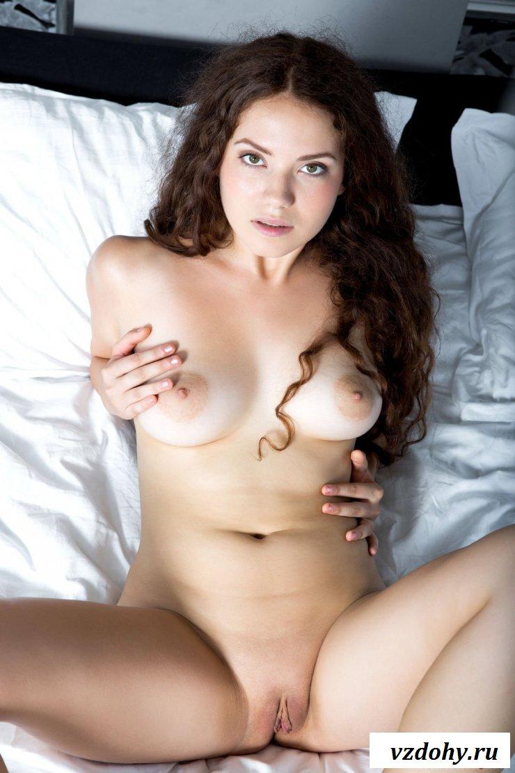Голая девушка демонстрирует тело