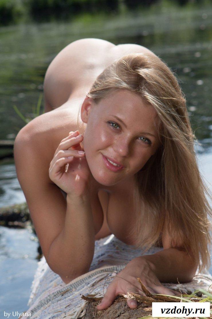 Обнаженная блондинка встала раком на озере