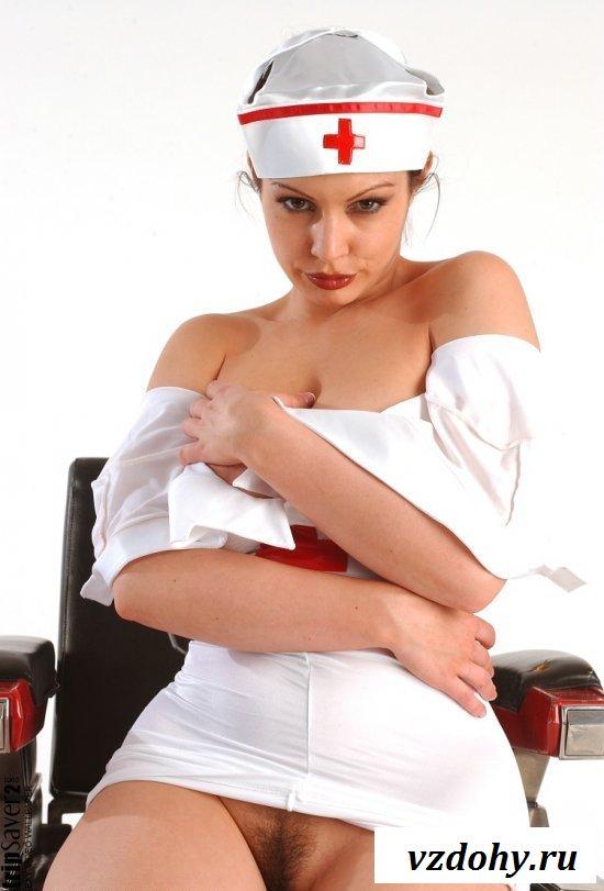 Обнаженная медичка возбуждает телом