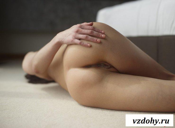 Брюнетка эротично встала на карачки