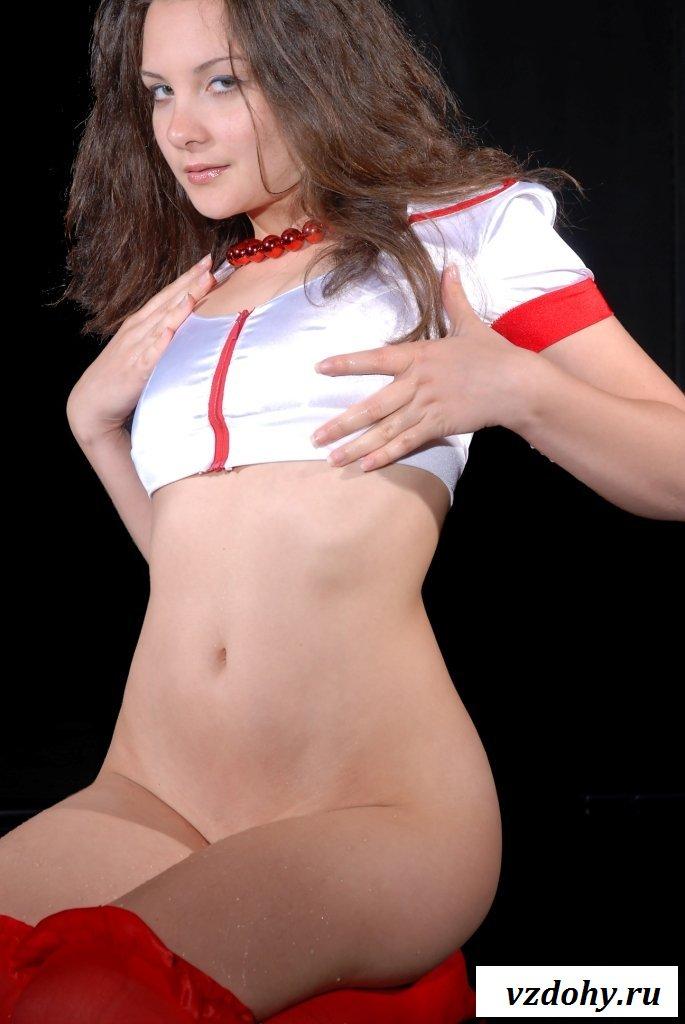 Развратница эротично демонстрирует медсестринскую киску