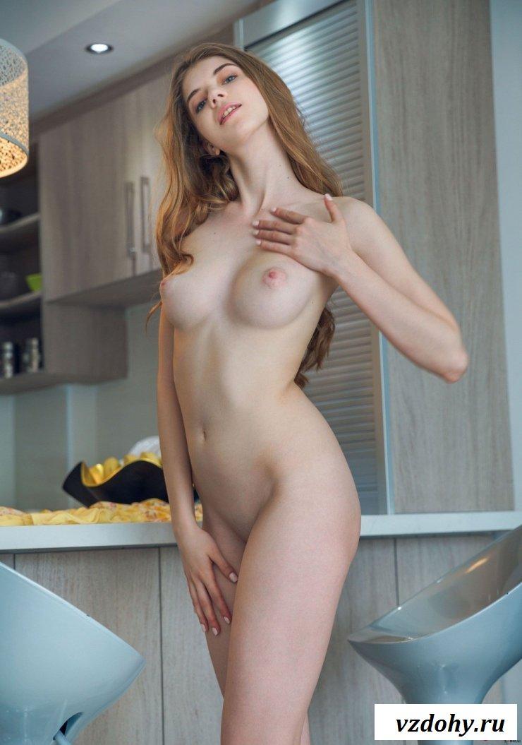 Шатенка эротично фотографируется на кухне