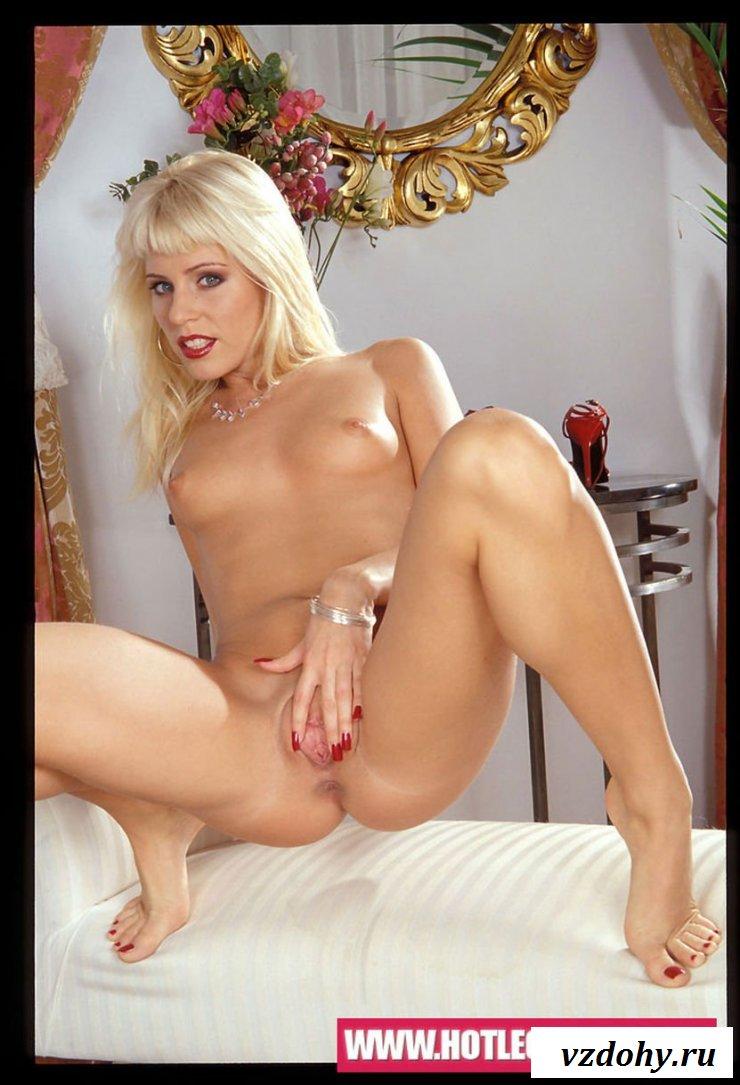 Эротичная блондинка становится раком