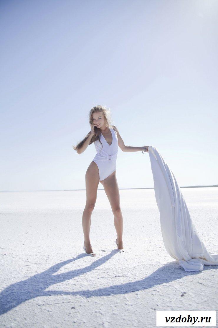 Голая красотка сфотографировалась на замершем озере